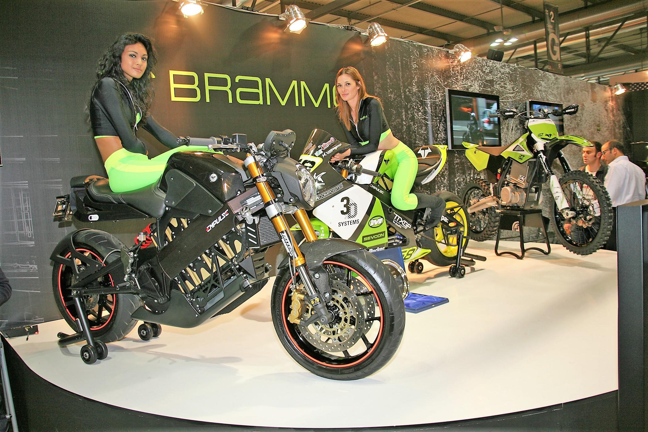 BrammoEngage+2Empulses+2GirlsMilan2011_7x5@300_0833